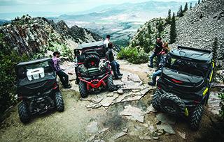 can-am-off-road-maverick-trail-trois-vehicules-exposes-flanc-montagne-sortie-raid-mobile