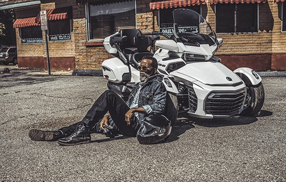 can-am-on-road-spyder-f3-limited-blanc-homme-assis route-adosse-vehicule
