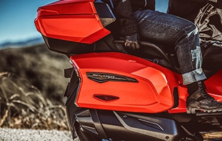 can-am-on-road-spyder-f3-limited-rangement-lateral-mobile