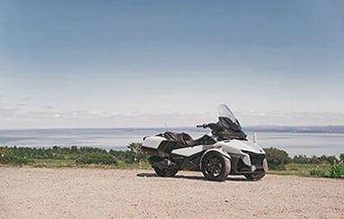 can-am-on-road-spyder-rt-blanc-paysage-tablette