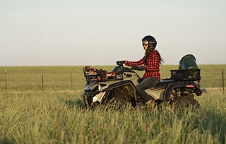 can-am-pro-outlander-dps-570-green-field-femme-traverse-champ-mobile